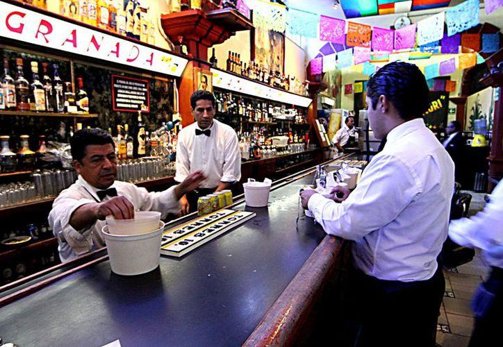 En México no hay disposición alguna que obligue al consumidor a pagar propina al establecimiento o meseros. (Notimex)