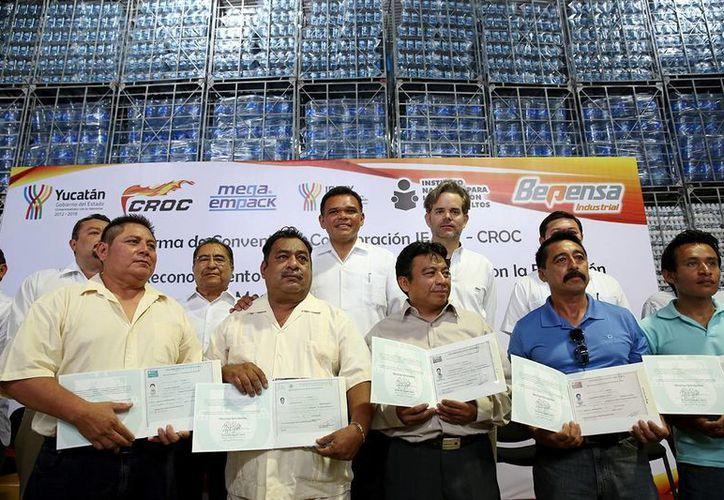 Obreros de la CROC recibieron sus certificados de estudios. (Milenio Novedades)