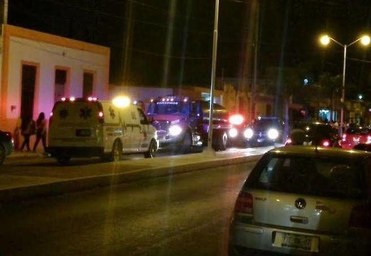 El incendio en céntrico predio de Progreso movilizó a bomberos y policías, y atrajo a numerosos vecinos. (Óscar Pérez/SIPSE)