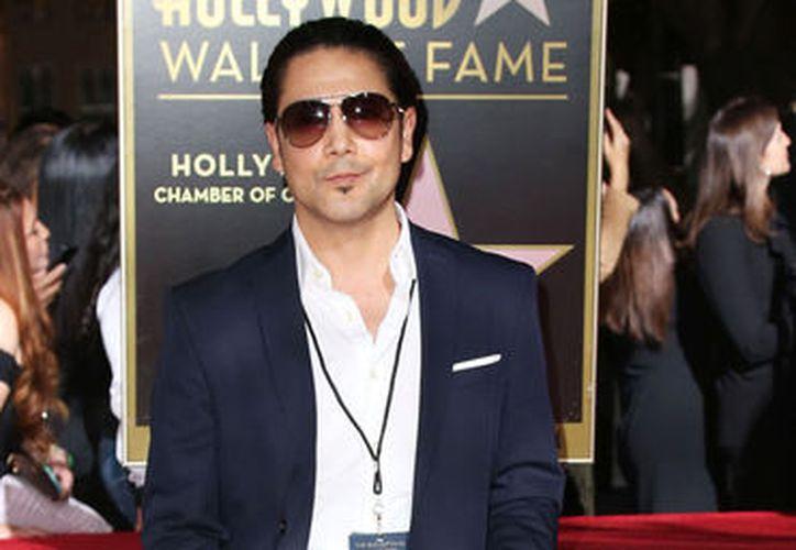 Con rosas blancas y un beso de Chris Pérez, se inauguró la estrella de Selena en Hollywood. (Foto: Univisión)