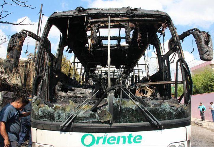 La unidad de Autobuses de Oriente se quemó en su totalidad en la calle 86, muy cerca de la avenida Itzaes. (Jorge Acosta/Milenio Novedades)