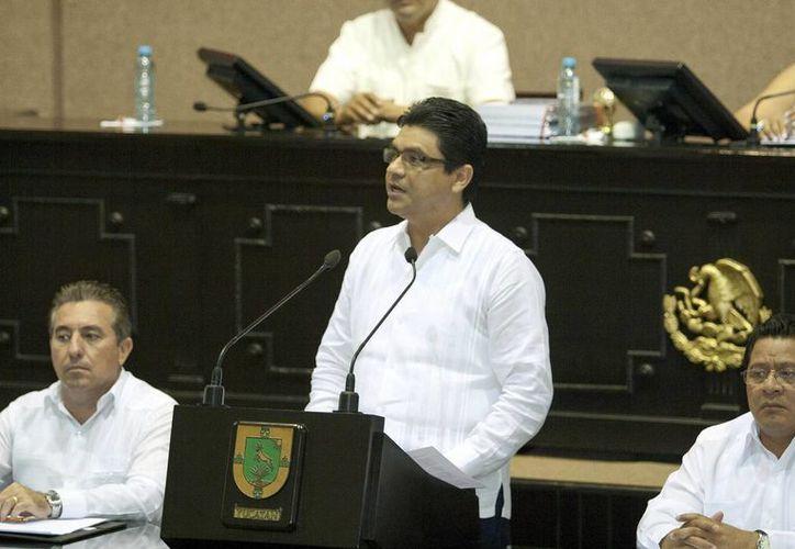El presidente de la Codhey, Jorge Victoria Maldonado, durante la presentación de su informe en el Congreso de Yucatán. (Notimex)