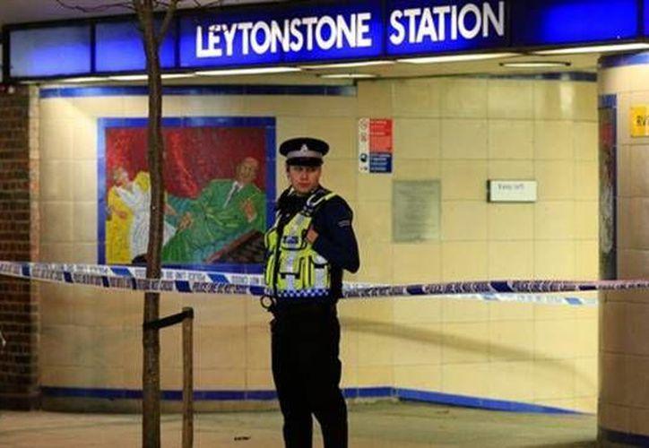 La estación del metro de Lytonstone, al este de Londres, fue el lugar de un 'incidente terrorista' este sábado, luego de que una persona hiriera con un cuchillo a varios usuarios. Uno de ellos se encuentra grave. (Imagen tomada de presstv.ir)