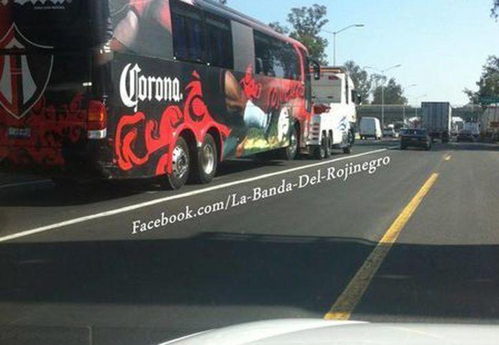 El SAT se llevó el autobús del equipo, además de mobiliario de oficina. (Foto: La Banda Rojinegra)