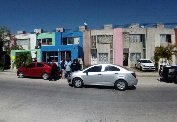 La policía detuvo a tres personas en el lugar. (Eric Galindo/SIPSE)