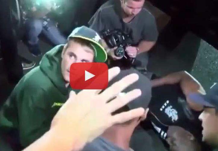 El artista canadiense bajó de su camioneta y atendió al fotógrafo. (Youtube)