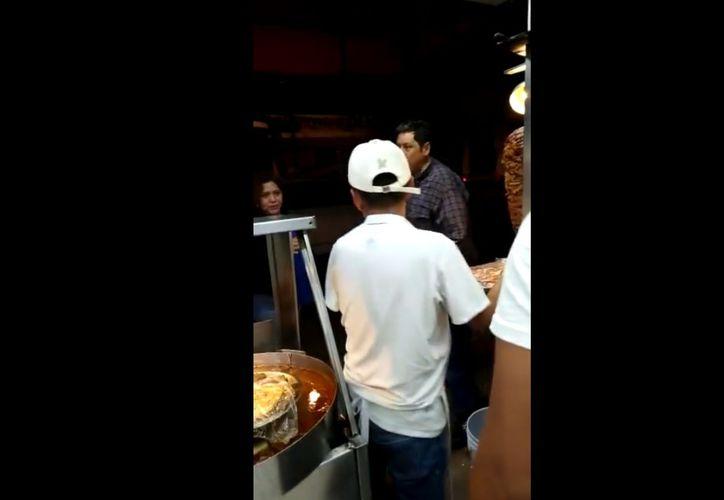 Un hombre tiró el trompo con carne para tacos al pastor, en un puesto de comida, en la alcaldía Tlalpan, tras lo cual se le ha apodado #LordTacos en las redes. (Facebook/Alfonso Reyes)
