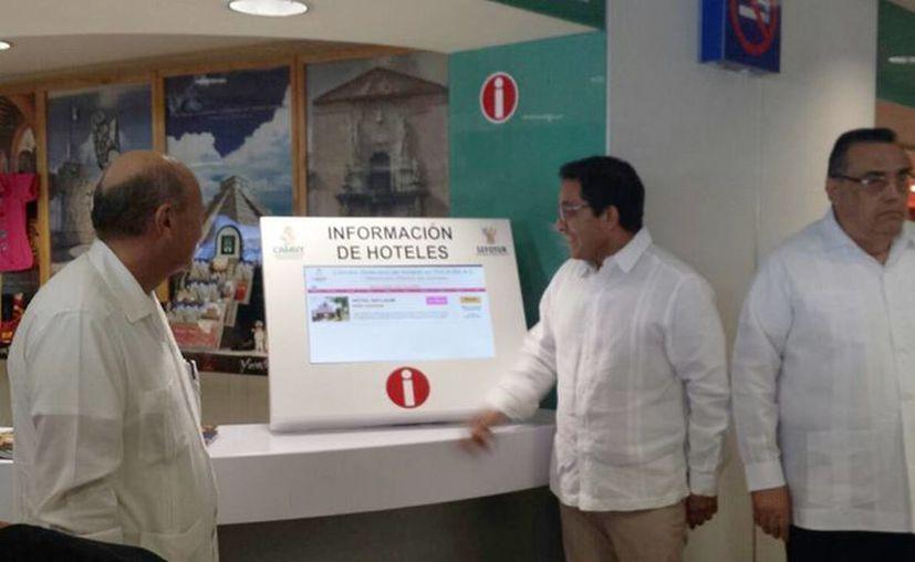 Autoridades inauguraron una pantalla interactiva para ofrecer información de los pasajeros que llegan y salen por esa terminal aeroportuaria. (Candelario Robles/SIPSE)