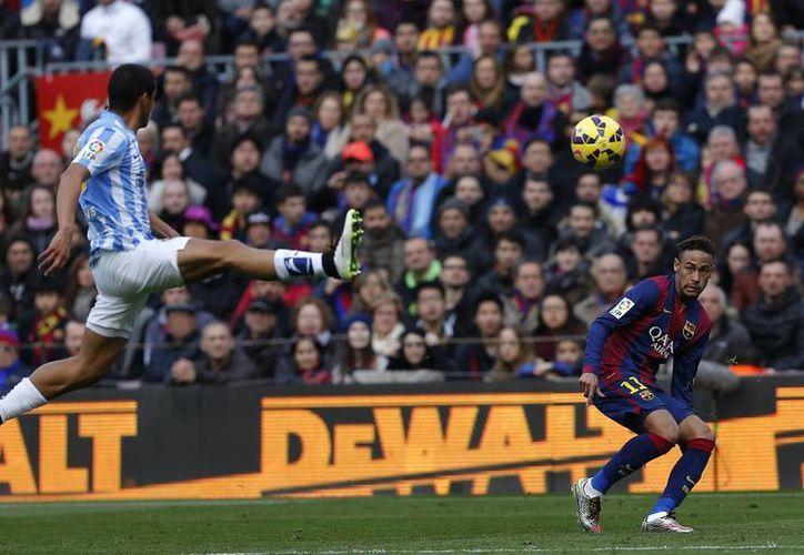 Roberto Rosales, del Málaga, lucha por el balón frente a Neymar en partido que Barcelona perdió 1-0 en Liga de España. (Foto: AP)