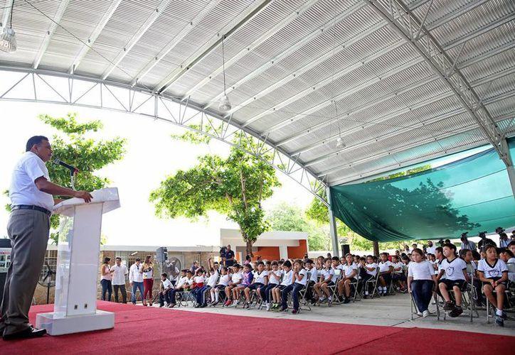 Techumbre y obras de remozamiento fueron entregadas por el Gobierno estatal en beneficio de la primaria 'Vicente Guerrero', en el fraccionamiento Ampliación Hacienda. (Foto cortesía del Gobierno estatal)