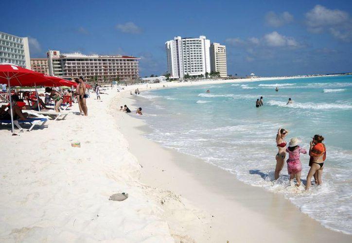 Las playas de Cancún satisfacen a los turistas. (Israel Leal/SIPSE)