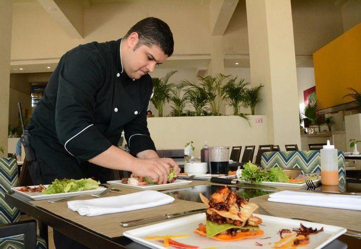 El chef ejecutivo nominado, Neptalí José Harringthon Cedeño, cuenta con 12 años de experiencia en el ramo. (Victoria González/SIPSE)