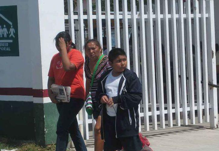 Las madres están preocupadas por la salud de los alumnos ante la presencia de los frentes fríos en la zona. (Javier Ortiz/SIPSE)