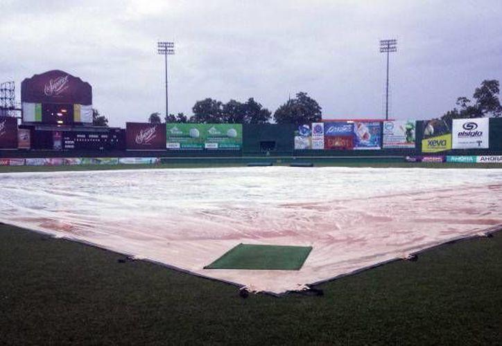 Intensa lluvia dejó en malas condiciones el Estadio Centenario 27 de Febrero, en Villahermosa, Tabasco. (leones.mx)