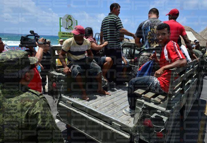 Los cubanos fueron asegurados por personal de  Migración.  (Gustavo Villegas/SIPSE)