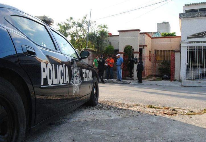 La policía federal, al activarse el Código Rojo, por balacera en casa de masajes en la Región 92. (Eric Galindo/SIPSE)