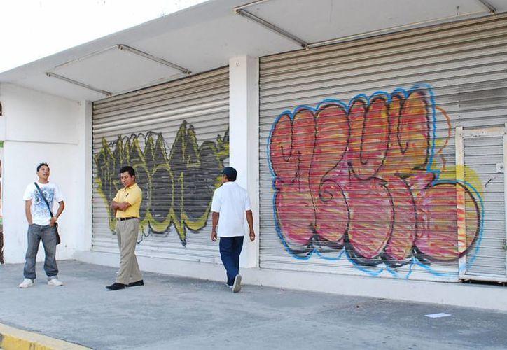 """La falta de redes ha provocado """"mortandad"""" de negocios en la ciudad. Especialista aconseja confiar en los pequeños comercios. (Tomás Álvarez/SIPSE)"""