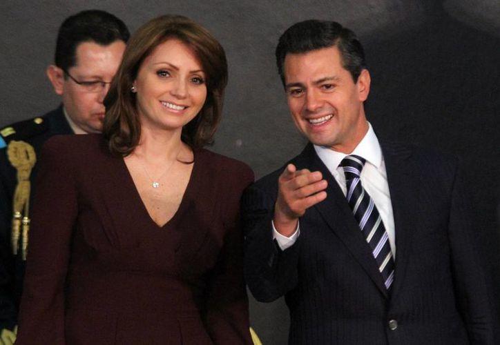 El presidente Enrique Peña Nieto con su esposa Angélica Rivera, quien asumió la presidencia del Consejo Ciudadano Consultivo del DIF. (Notimex)