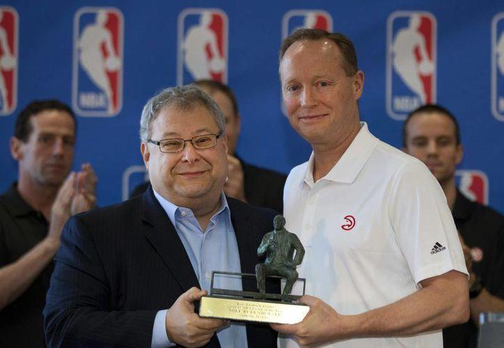 Mike Budenholzer (d) fue premiado como mejor entrenador de la NBA por su labor al frente de Hawks de Atlanta. (Foto: AP)