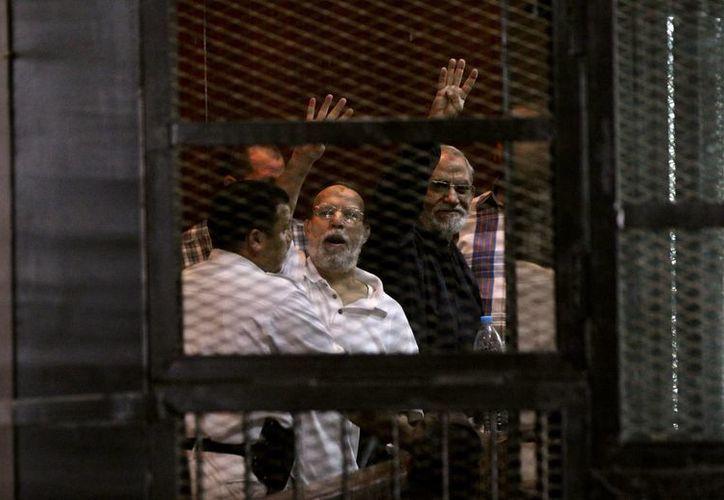 El líder espiritual Mohammed Badie (a la derecha) en una prisión el pasado 30 de agosto en El Cairo. (Foto: AP)