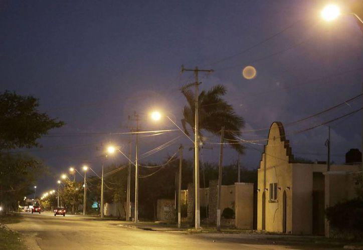 El alcalde de Mérida, Mauricio Vila, entregó este viernes un moderno y eficiente sistema de iluminación en Avenida de Industrias No Contaminantes. (Foto cortesía del Ayuntamiento de Mérida)