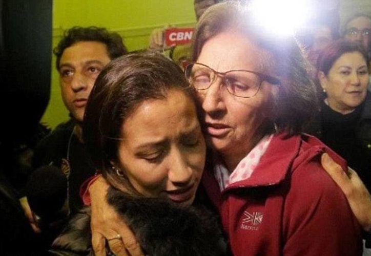 Tras ser liberada el domingo, Aparecida Schunck se reunió con su hija Fabiana Flosi en una comisaria de la policía en San Pablo, Brasil. (Foto de Globo TV)