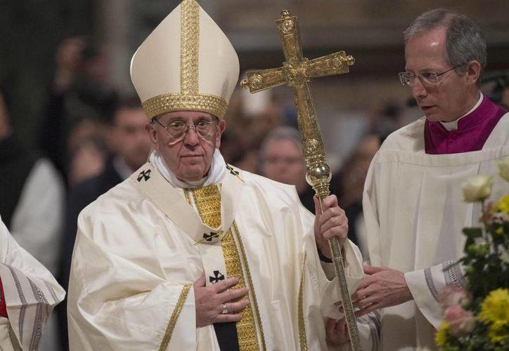 El papa Francisco alertó sobre la tentación de confiarse a un salvador que promete proteger con muros a la población. (AP)