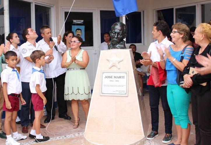 El cónsul cubano Roberto Hernández de Alba fue el encargado de develar la pieza escultórica en honor de José Martí. (Luis Ballesteros/SIPSE)