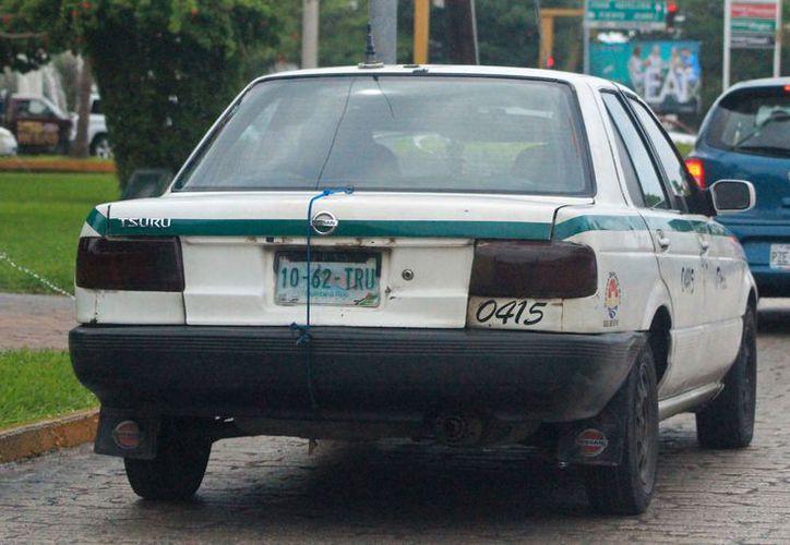 Los taxis viejos y sucios causan enojo en la ciudadanía. (Jesús Tijerina/SIPSE)