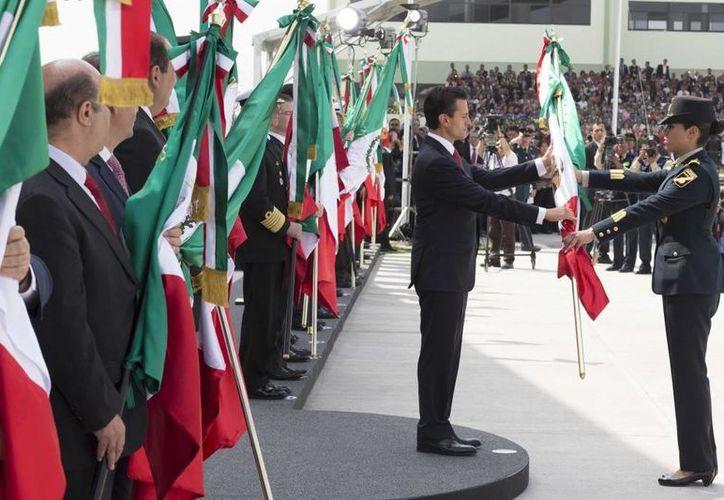 Peña Nieto abanderó personalmente a cuatro escuelas que participaron en el desfile en el cuartel del 105 Batallón de Infantería, en Coahuila. (Presidencia)
