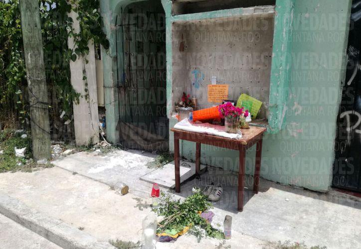 Colocaron un altar frente a la casa donde vivía. (Eric Galindo)