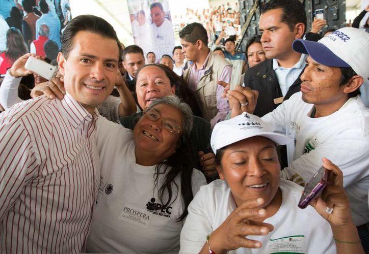 Peña Nieto encabezó una multitudinaria entrega de certificados de educación básica en el Estado de México. (Presidencia)