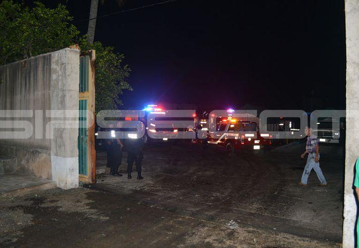 Trabajadores de la empresa ayudaron en un principio a sofocar el incendio. (C. Navarrete/ SIPSE)