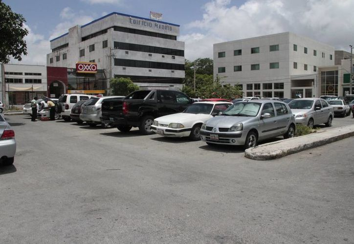 En la zona hay dos estacionamientos, el que está sobre la avenida Nader será de cobro, el de la avenida Tulum continuará en calidad de gratuito. (Tomás Álvarez/SIPSE)