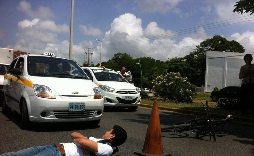 Algunos de los inconformes bloquearon por espacio de varios minutos un lado de la avenida Insurgentes. (Gerardo Amaro/SIPSE)