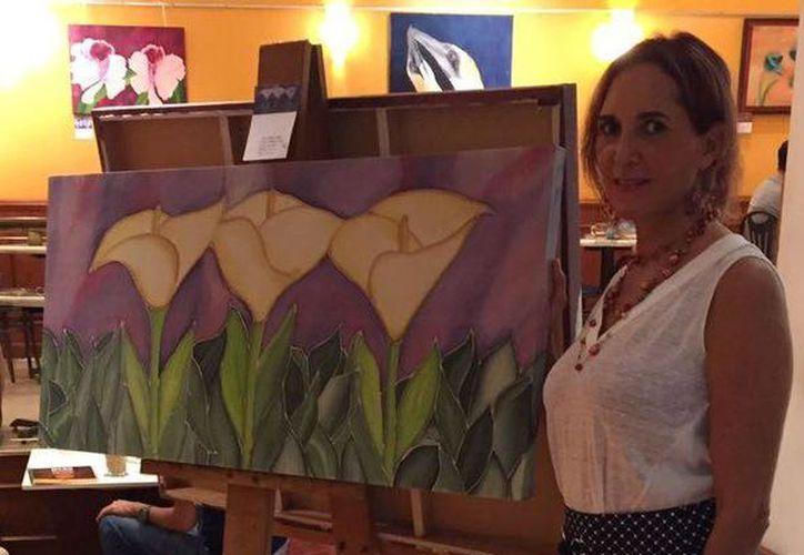 La artista exhibe  sus más recientes creaciones en La Gran Plaza. (Alejandra Flores/ SIPSE)