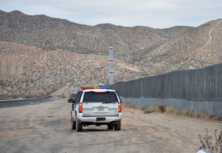 Un agente de la patrulla fronteriza maneja cerca de la valla en la frontera entre EU y México en Sunland Park, New Mexico. (Agencias)