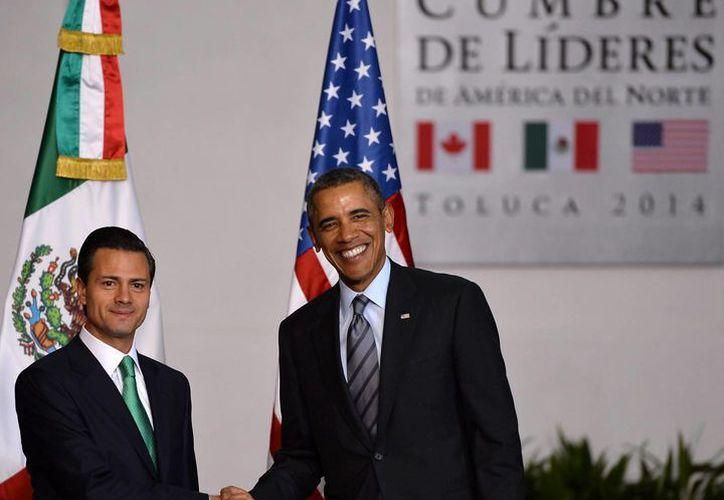 El presidente de México, Enrique Peña Nieto, saluda a su homólogo de Estados Unidos, Barack Obama, en la Cumbre de Líderes de América del Norte. (Notimex)