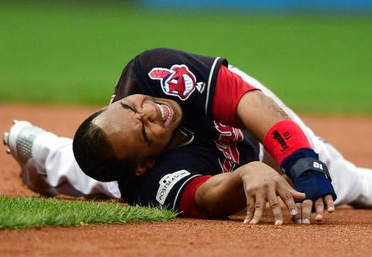El jugador gesticula de dolor tras sufrir una lesión de tobillo. (Foto: El Herald)