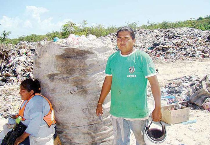 Trabajan 12 horas para tener una ganancia de 250 pesos diarios, de lunes a sábado. (Harold Alcocer/SIPSE)
