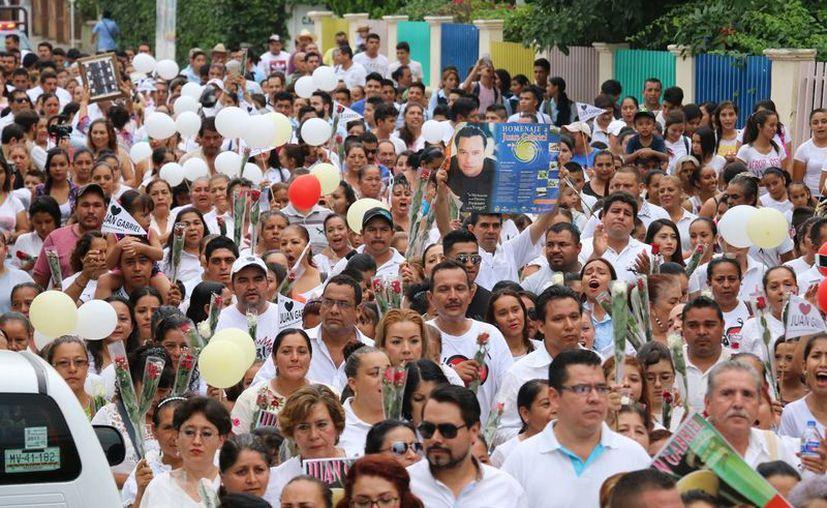 El escritor Nicolás Alvarado fue duramente criticado en redes sociales por expresar su poca afinidad hacia Juan Gabriel. Fotografía de uno de los tantos homenajes que realizan los mexicanos en el país. (Archivo/Notimex)