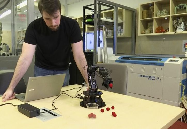 El robot creó un modelo hecho por él mismo similar al robot físico con un margen de unos cuatro centímetros. (AP)