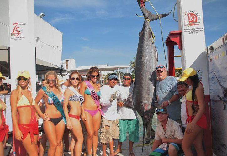Los tripulantes de la embarcación ganadora capturaron un marlín azul de 140.88 kilogramos. (Julián Miranda/SIPSE)