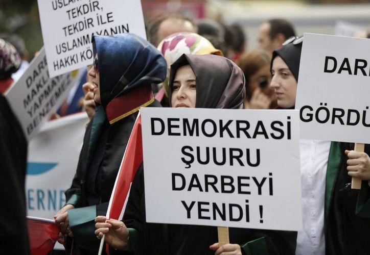 Las autoridades turcas han detenido a más de 10 mil personas tras el golpe de Estado fallido, que le costó la vida a casi 300 personas, y la suspensión de 50 mil trabajadores. (EFE)