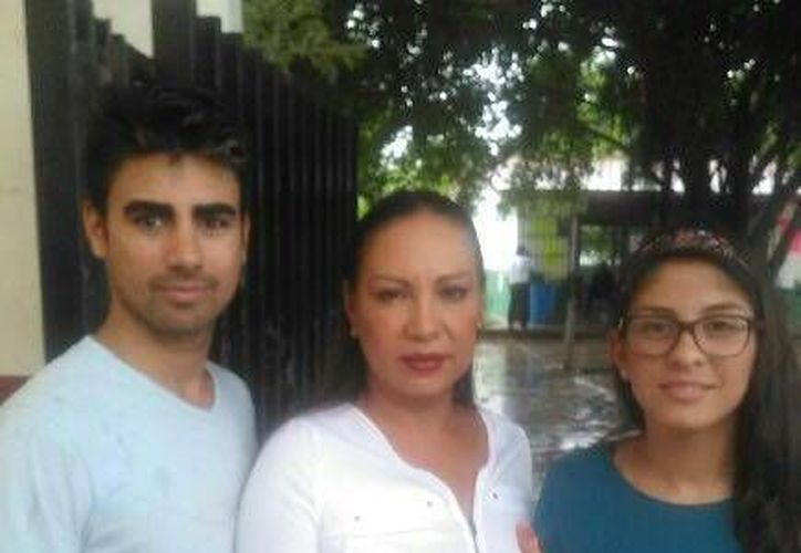 La candidata a la presidencia de Puerto Morelos Ludivina Menchaca, votó en Bonfil. (Redacción/SIPSE)