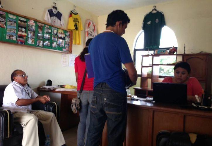 Cancunenses ocupan espacios laborales en la ínsula. (Lanrry Parra/SIPSE)