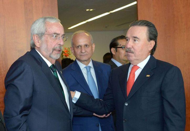 El senador Emilio Gamboa Patrón (der.) con el rector de la Universidad Nacional Autónoma de México, Enrique Graue. (Archivo/Notimex)