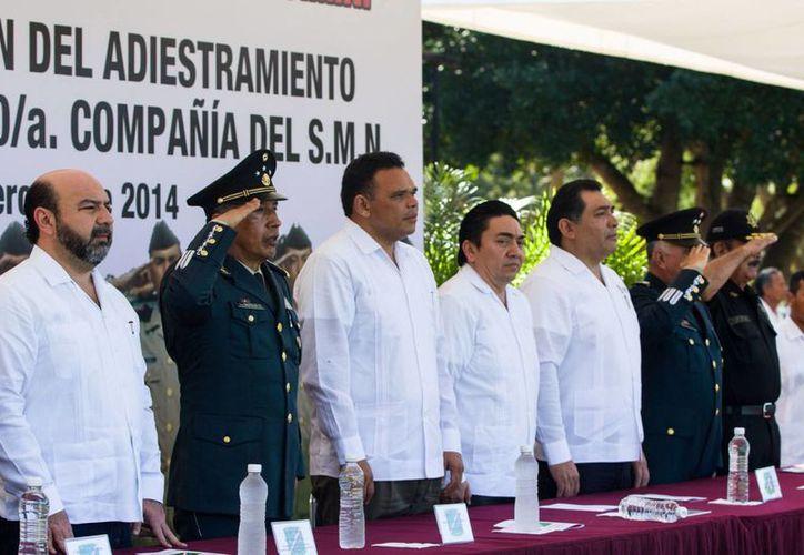 """El acto protocolario, al que el gobernador Rolando Zapata fue invitado (c), se realizó en la explanada """"Damián Carmona"""" del XI Batallón de Infantería de la X Región Militar. (Cortesía)"""