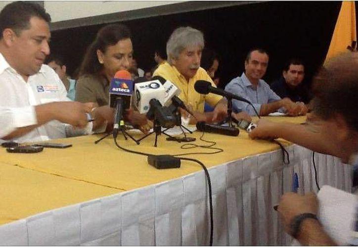 Miembros del PRD y PAN asistieron a la rueda de prensa. (Redacción/SIPSE)