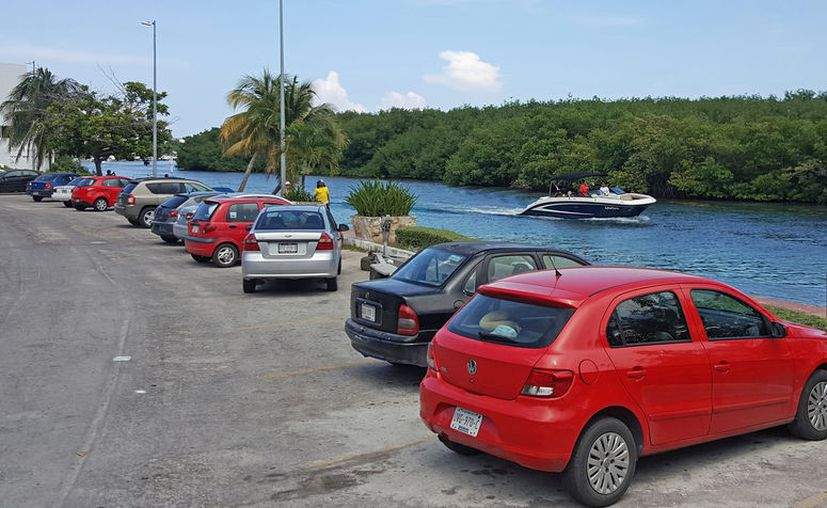 Al no encontrar estacionamientos, personas dejan sus vehículos sobre las banquetas, camellones y hasta en la ciclopista. (Foto: Jesús Tijerina)